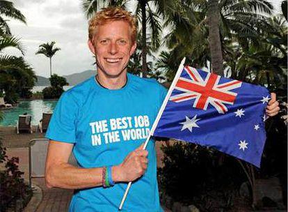 Southall exhibe la bandera del Reino Unido tras ser declarado vencedor del centamen cuyo premio es trabajar como cuidador de una isla australiana durante seis meses