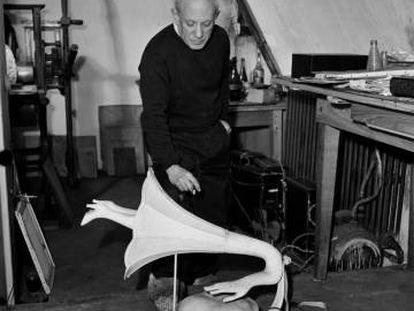 Picasso con el objet surrealista Jamais, de Óscar Domínguez, en París, 1947.