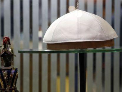 Un solideo blanco en el escaparate de la sastrería papal.