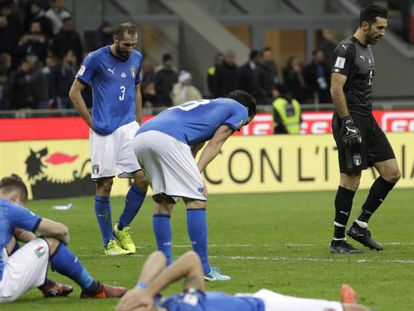 Los jugadores italianos se lamentan tras quedar fuera del Mundial.