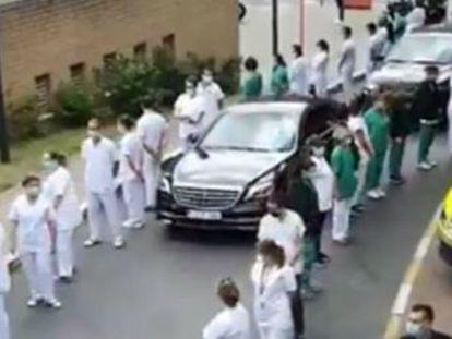El personal médico critica en Bruselas la gestión de su Gobierno en la crisis del coronavirus. La exlíder de UPyD tuitea la imagen como una protesta contra el ministro Illa