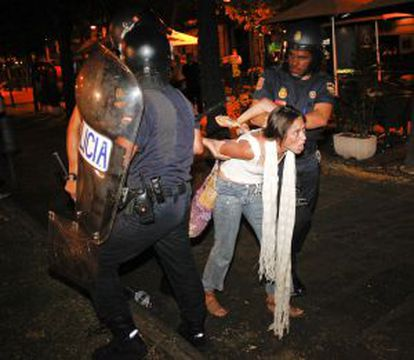Una detenida tras la carga ante Interior.