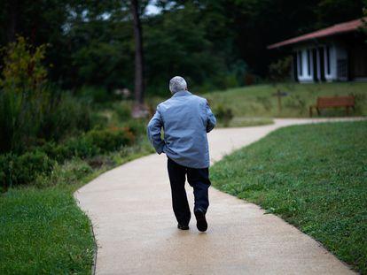 Un enfermo de alzhéimer pasea por un centro para personas con esta afección en Dax (Francia).