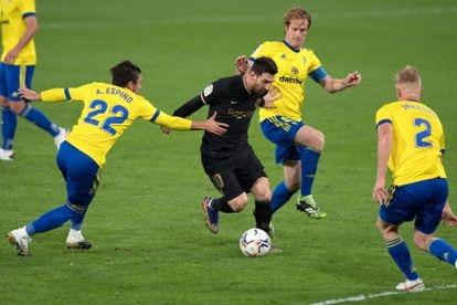 Messi, rodeado de jugadores del Cádiz, este sábado.