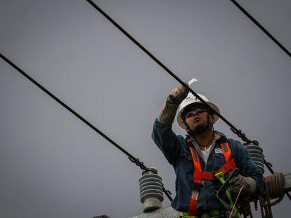 Un trabajador de la CFE revisa la red eléctrica en Ciudad de México.
