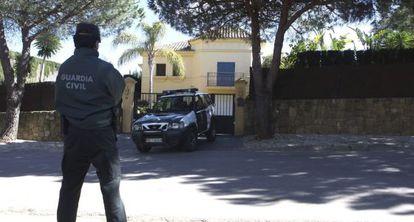 Un guardia civil vigila la casa donde se encontraron las dos víctimas mortales de Cádiz.