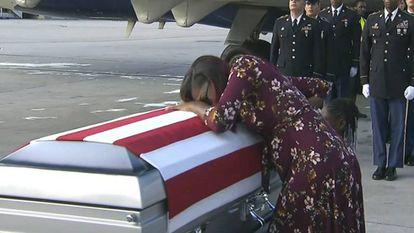 La mujer del soldado fallecido recibe este martes el féretro de su marido.
