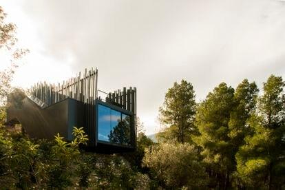Vista del hotel Vivood, en el municipio alicantino de Benimantell. Un proyecto que conecta la arquitectura sostenible con la naturaleza.