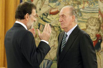 Mariano Rajoy con el Rey Juan Carlos, durante la jura del cargo de presidente del Gobierno.