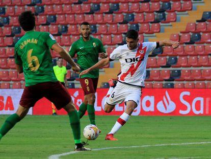 Comesaña, autor del tercer gol del Rayo, dispara a puerta ante la oposición de Germán.