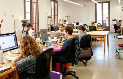 Centro de trabajo en las oficinas de 'coworking' Impact Hub de Barcelona.