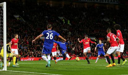 Van Persie dispara para marcar el gol del empate.