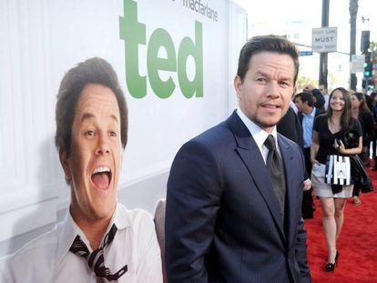 """Solo hay tres valientes que se han unido a la loca rutina de Wahlberg: sus entrenadores Brian Nguyen y Bo Cleary y su chef Lawrence Duran. Juntos forman lo que el actor ha bautizado como """"El club de las 4 de la madrugada"""". En la imagen, Mark Wahlberg en el estreno de 'Ted' en Los Ángeles."""