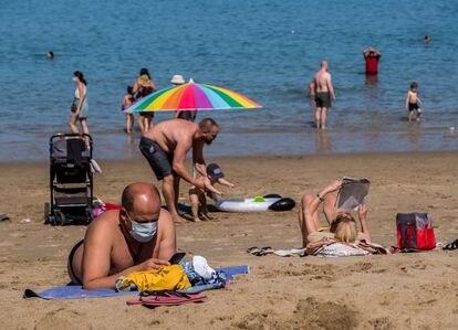 Bañistas en la playa Las Canteras de Las Palmas el 31 de marzo.