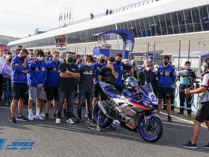 El equipo y los familiares de Dean Berta Viñales despiden al piloto en el minuto de silencio celebrado  en el circuito de Jerez.
