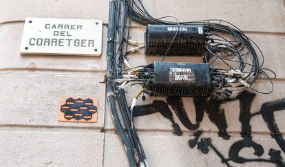 Cables en el exterior de un edificio de Barcelona