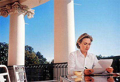 Hillary Clinton, en la terraza de la Casa Blanca, en octubre de 1998. La fotografía fue portada de la revista <i>Vogue.</i>