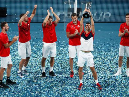 Djokovic celebra el título junto a sus compañeros en Sídney.