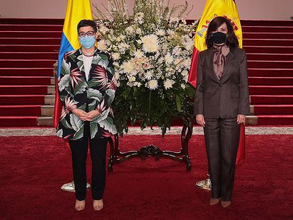 La ministra de Asuntos Exteriores de España, Arancha González Laya, junto a la canciller colombiana, Claudia Blum en el Palacio de San Carlos, en Bogotá.