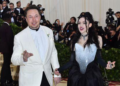 Elon Musk y Grimes, en la gala Met en la que hicieron oficial su relación en 2018.