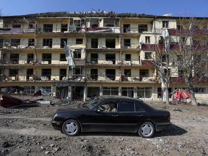 Un coche pasa por delante de un edificio bombardeado en Shushá, el pasado 29 de octubre.