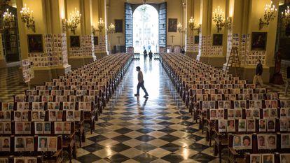 Retratos de fallecidos por covid-19 en una misa este sábado en la catedral de Lima.