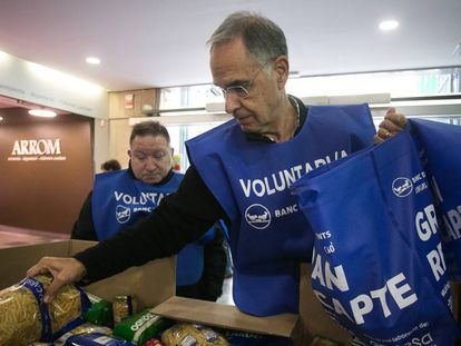 Dos voluntarios participan en una recogida de alimentos en Barcelona.