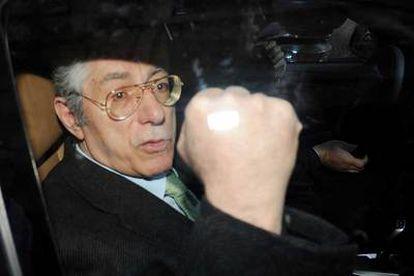 Umberto Bossi, en su coche oficial, tras salir del Palacio San Macuto de Roma