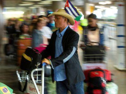 """Médicos cubanos que formaban parte del programa """"Más Médicos"""" dejan Brasil por el Aeropuerto Internacional Presidente Juscelino Kubitschek, en Brasilia (Brasil)."""