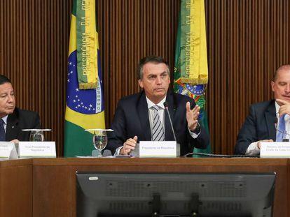 Bolsonaro junto a su vicepresidente (izquierda) y a su jefe de gabinete en el consejo de ministro
