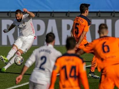 Benzema dispara para abrir el marcador, este domingo en Valdebebas.