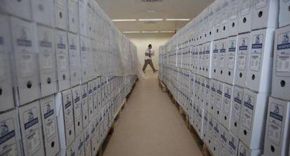 Cajas con expedientes acumulados en el Colegio de Registradores, en 2013