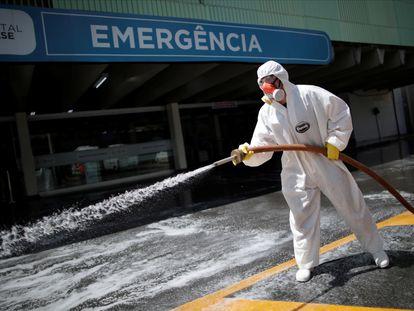 Un militar desinfecta la entrada de un hospital en Brasilia este martes.