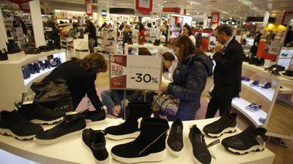Descuentos de Black Friday en un gran almacén de Madrid.