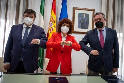 La presidenta de la Diputación de Huelva, María Eugenia Limón, con el alcalde de Huelva, Gabriel Cruz (a la izquierda) y el alcalde de Sevilla, Juan Espadas.