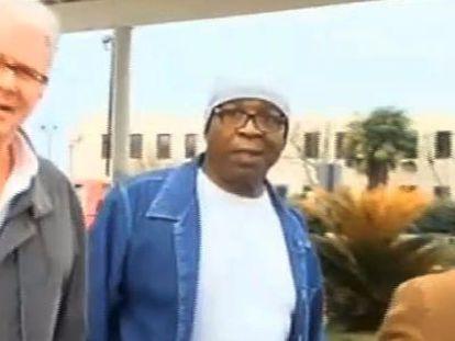 Captura de vídeo que muestra al exreo Glenn Ford (centro) a la salida de la prisión estatal de Luisiana, donde pasó 30 años.