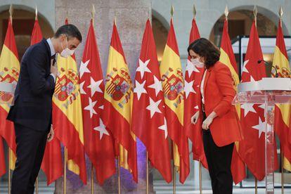 El presidente del Gobierno, Pedro Sánchez y la presidenta de la Comunidad de Madrid, Isabel Díaz Ayuso, se despiden tras su reunión en Sol.
