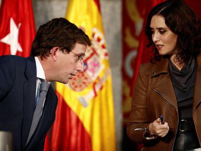 El alcalde de Madrid, José Luis Martínez-Almeida y la presidenta de la Comunidad de Madrid, Isabel Díaz Ayuso, en el edificio de la Puerta del Sol.