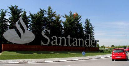 Entrada del complejo del Santander en Boadilla del Monte.