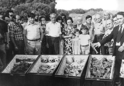 """Familiares de 29 fusilados de Cervera del Río Alhama (La Rioja) en 1978. <a href:""""/politica/2012/03/23/album/1332505236_967319.html#1332505236_967319_1332507488""""target=blank><b>Vea la fotogalería</b></a>"""