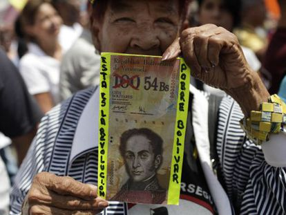 Una mujer protesta contra la política económica del Gobierno, en febrero, en Caracas.
