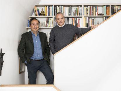Los filósofos Juan Arnau y Pablo d'Ors, en la casa madrileña del segundo el domingo pasado.
