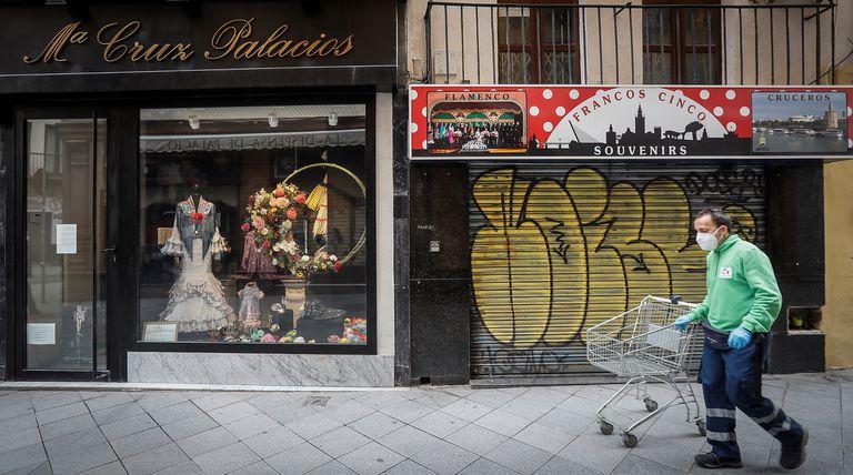 Dos tiendas cerradas, a finales de abril, en Sevilla.