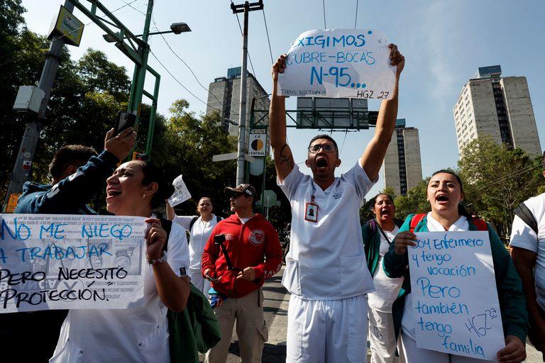 Trabajadores del Instituto Mexicano del Seguro Social protestan este martes, en Ciudad de México.