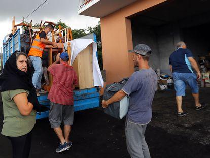 Una familia de la localidad de La Laguna recoge sus enseres, este martes.
