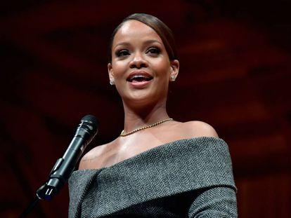 Rihanna recoge un premio por su actividad con fines solidarios en la Universidad de Harvard el pasado febrero.