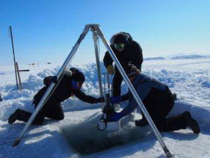 Equipo de investigadores utilizando el dron Argo para recopilar información del impacto del Cambio Climático en el océano Ártico.