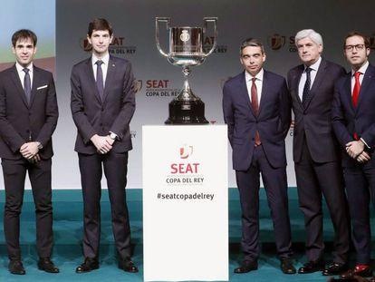 Representantes de los cuatro equipos clasificados para semifinales de Copa del Rey posan con el trofeo tras el sorteo celebrado en Madrid.