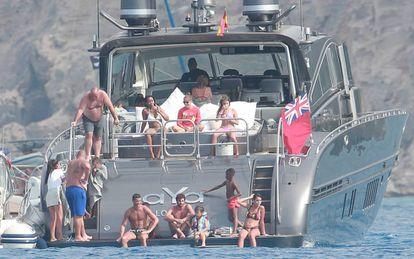 Ronaldo con su familia en el barco inspeccionado.