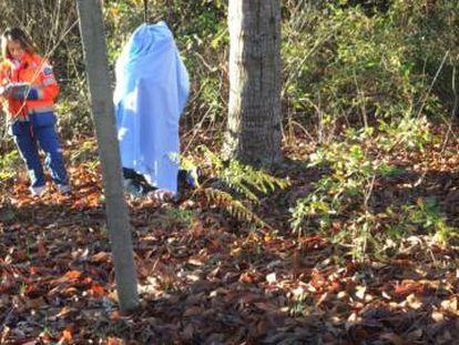Cadáver de Adrián Eugen Burlacu, tapado con una sábana, en un bosque de robles y castaños en Lestedo.